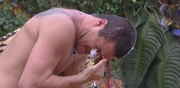 Rafa limpa a espuma de barbear que Jakeline colocou em seu rosto (18/1/12)