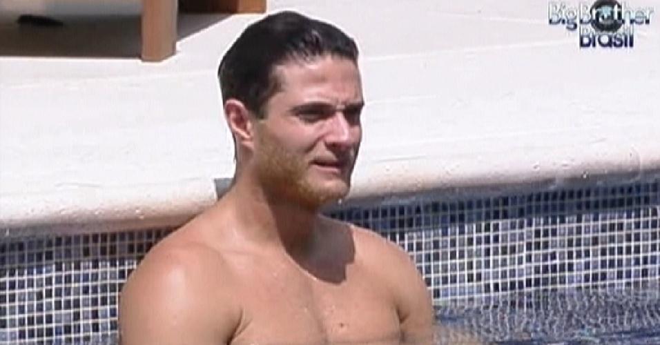 Ronaldo aproveita a piscina nesta quarta-feira (21/1/12)