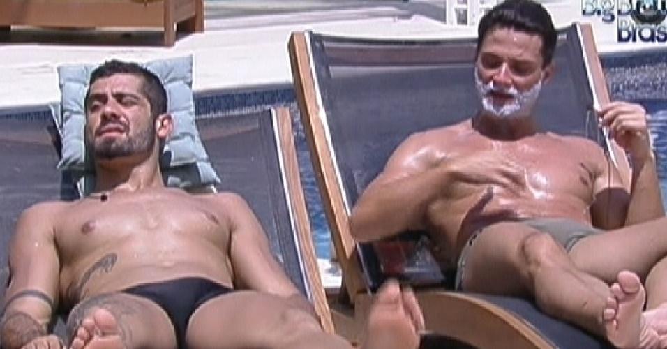 Yuri (esq.) e Ronaldo aproveitam o sol desta quarta-feira (18/1/12)