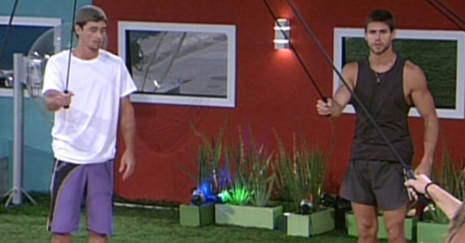 Fael e Jonas durante a prova do Líder, participantes tem que segurar um elástico enquanto pulam ponteiro do relógio (19/1/12)