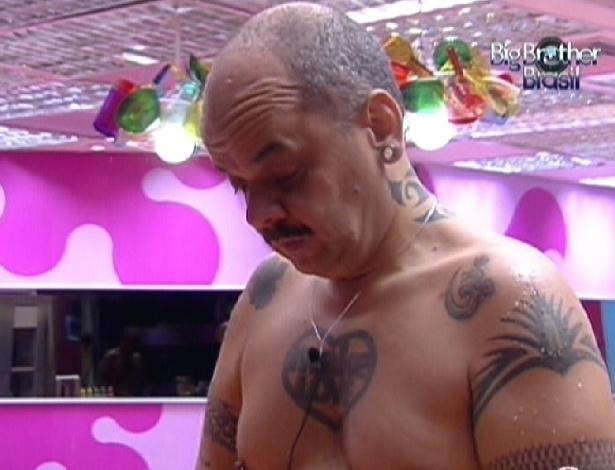 João Carvalho prepara o almoço na tarde desta quinta-feira (19/1/12)