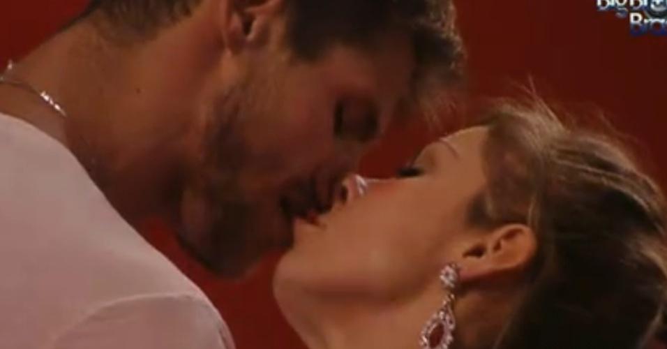 Jonas beija Renata na festa (18/1/12)