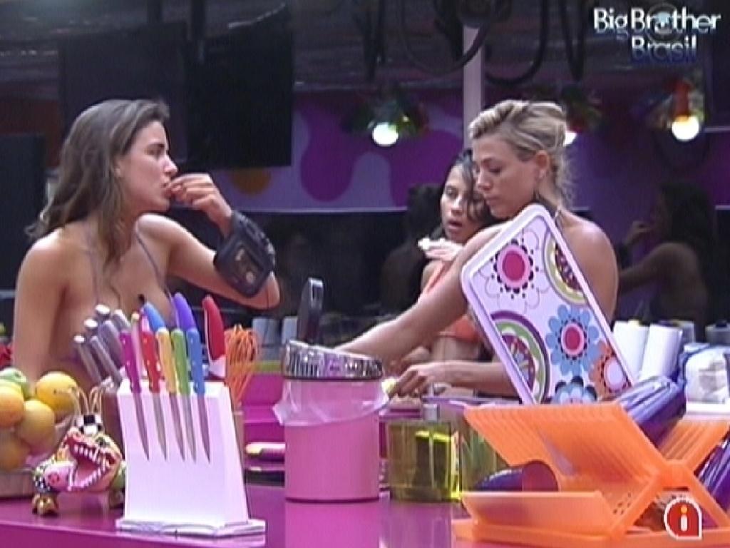 Laisa (direita) e Fabiana (esquerda) derretem bananada para improvisar geleia (19/1/12)