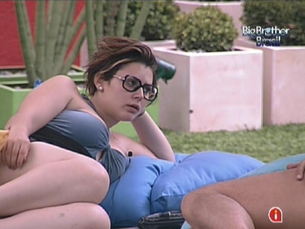 Mayara aproveita a tarde conversando com outros brothers no jardim (12/1/12)