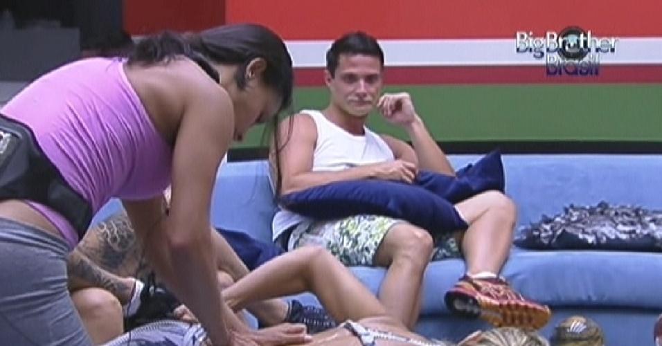 Ronaldo observa Kelly fazendo massagem em Fabiana antes da prova do líder (19/1/12)