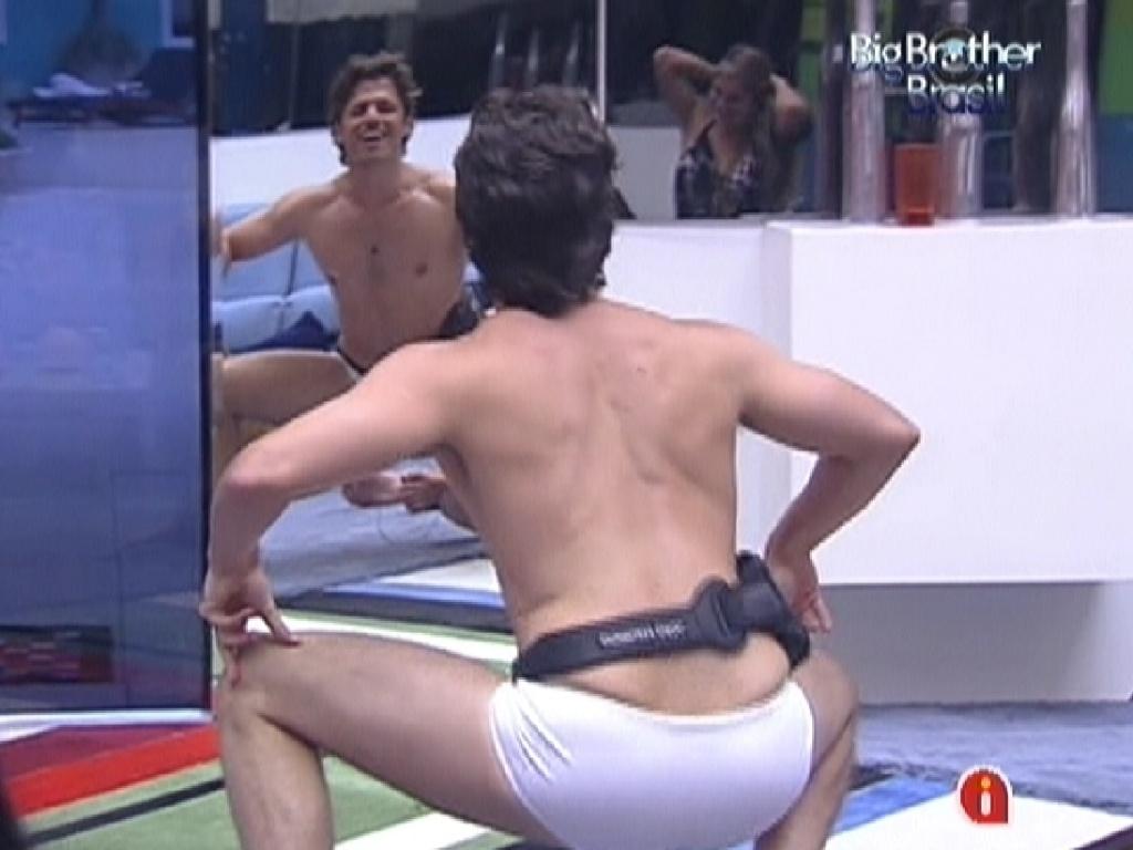 Durante jogo de mímica, João Maurício imita Laisa dançando em frente ao espelho (20/1/12)