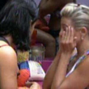Jakeline e Fabiana conversam e choram na cozinha (19/1/12)