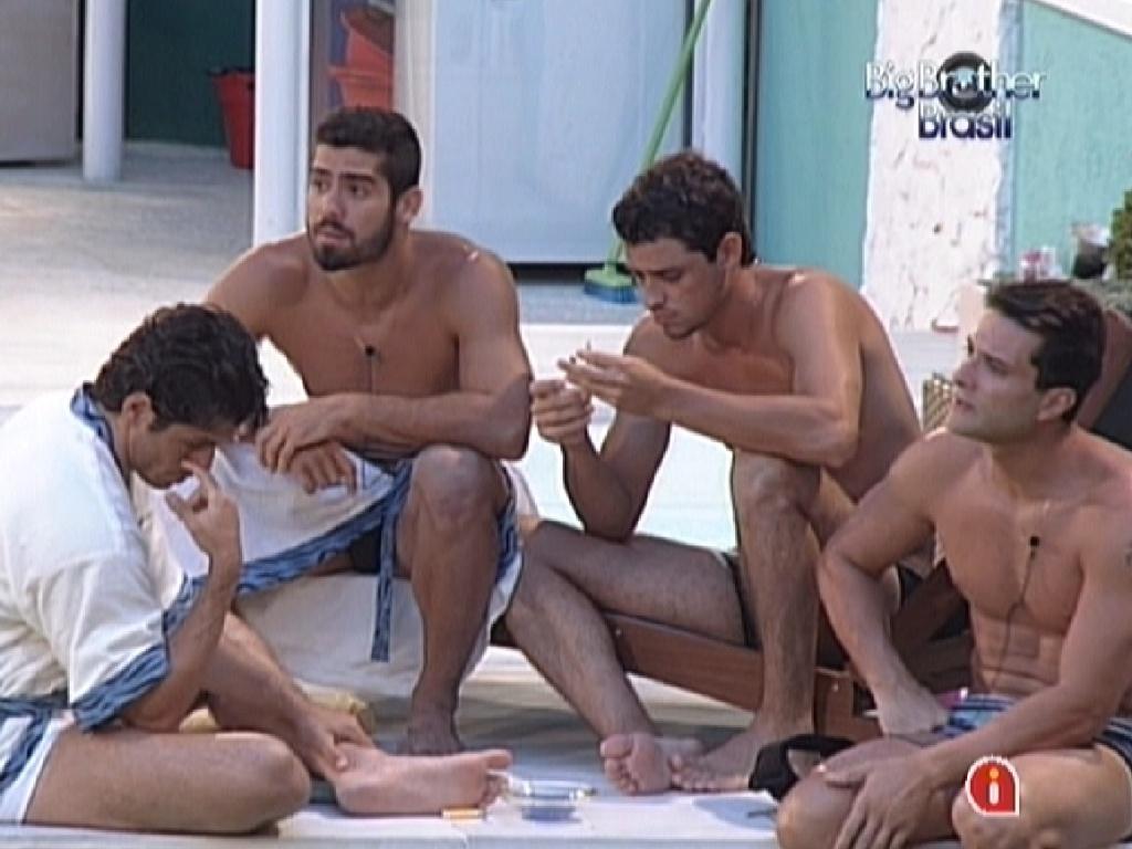 João Maurício (esq.) fala sobre sua estratégia durante a prova do líder para Yuri, Fael e Ronaldo (20/1/12)