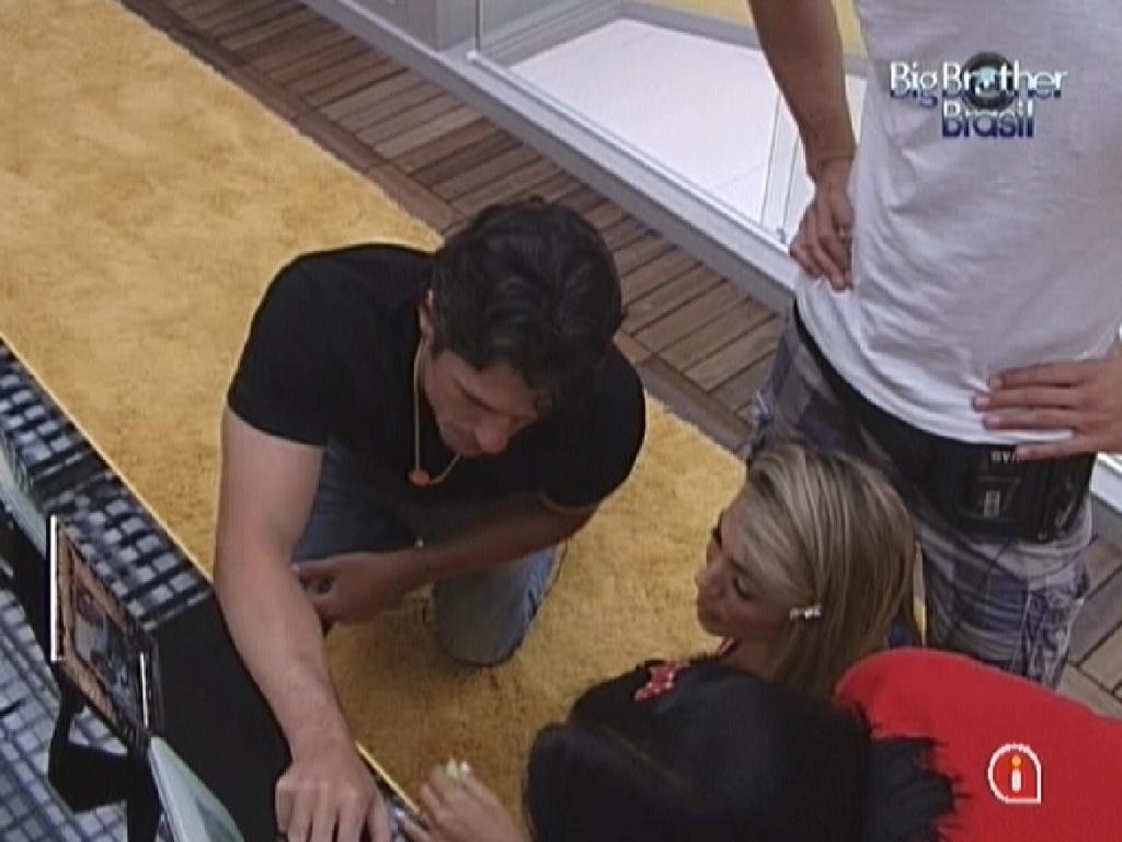 João Mauricio (esq.) mostra fotos de família e amigos para Jakeline, Fabiana e Jonas no quarto do líder (20/1/12)