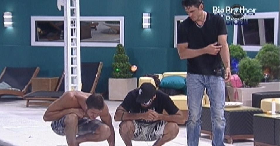 Jonas, Yuri e João Maurício observam um inseto na beira da piscina (20/1/12)