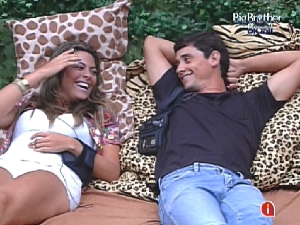 Monique e Fael conversam deitados no quarto Floresta (20/1/12