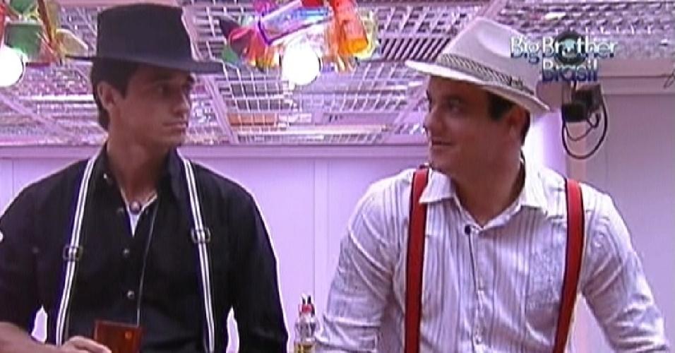 Fael (direita) e Rafa (esquerda) conversam na cozinha enquanto esperam o início da festa deste sábado (21/1/12)