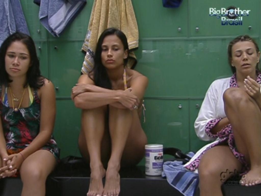 Jakeline (esquerda) conta para Kelly e Fabiana (direita) que foi ela quem escondeu espumas de barbear da casa (21/1/12)