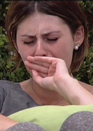 Mayara chora na parte externa da casa (20/1/12)