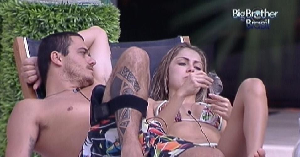 Renata e Rafa conversam sobre Jonas na piscina (21/1/12)