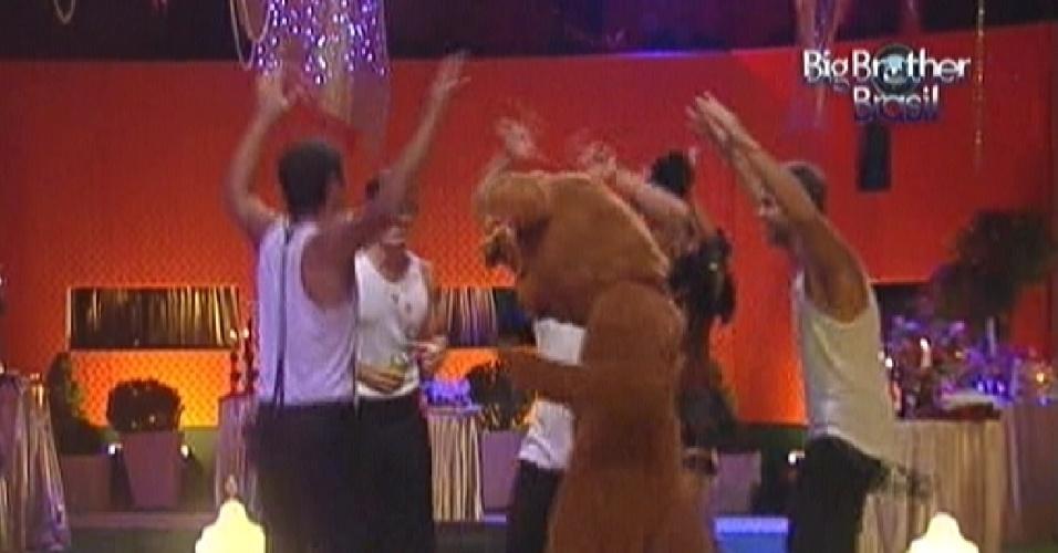 Brothers dançam com o urso misterioso durante a festa (22/1/12)