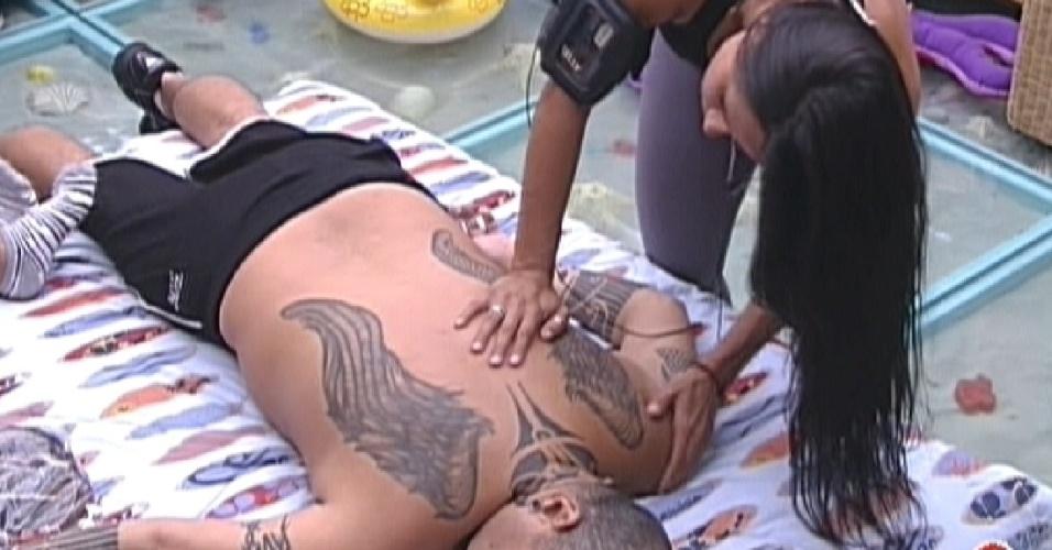 Kelly faz massagem em João Carvalho (22/1/12)