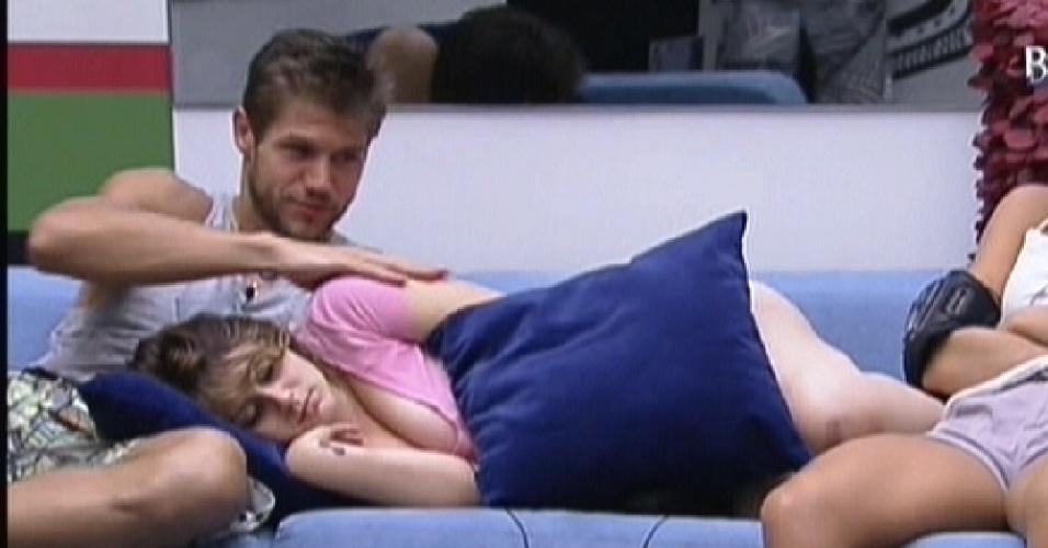 Mayara continua dormindo no colo de Jonas (22/1/12)