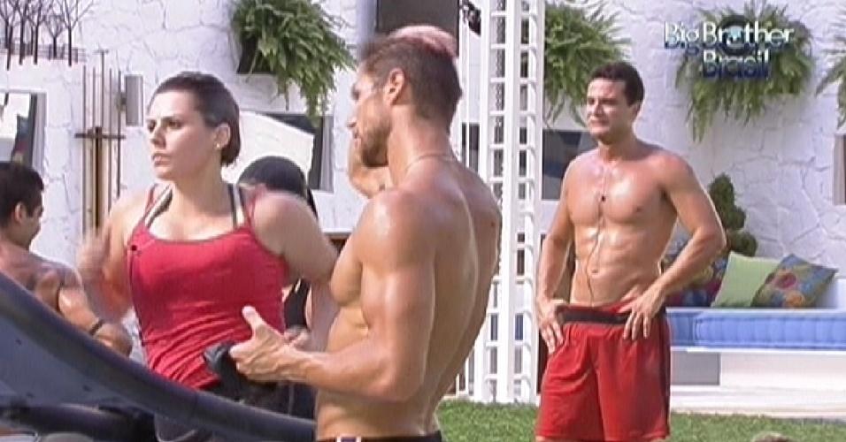 Mayara corre na esteira e é incentivada por Jonas na prova da comida (22/1/12)