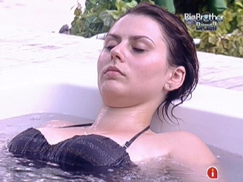 Mayara relaxa no ofurô após prova da comida (22/1/12)