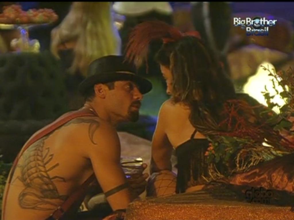Yuri e Laisa discutem em festa Burlesca (21/1/12)