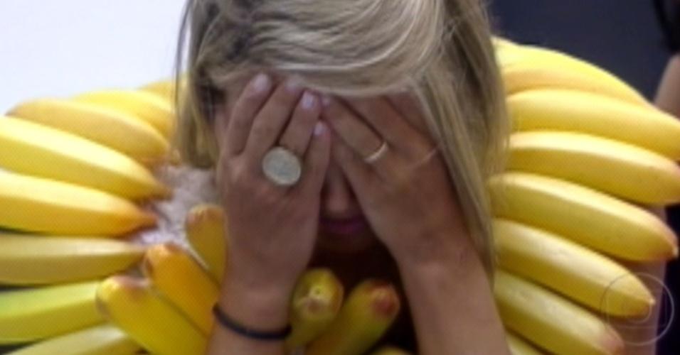 Fabi fica arrasada ao receber o colar de bananas e terá que fazer a dieta (23/1/12)