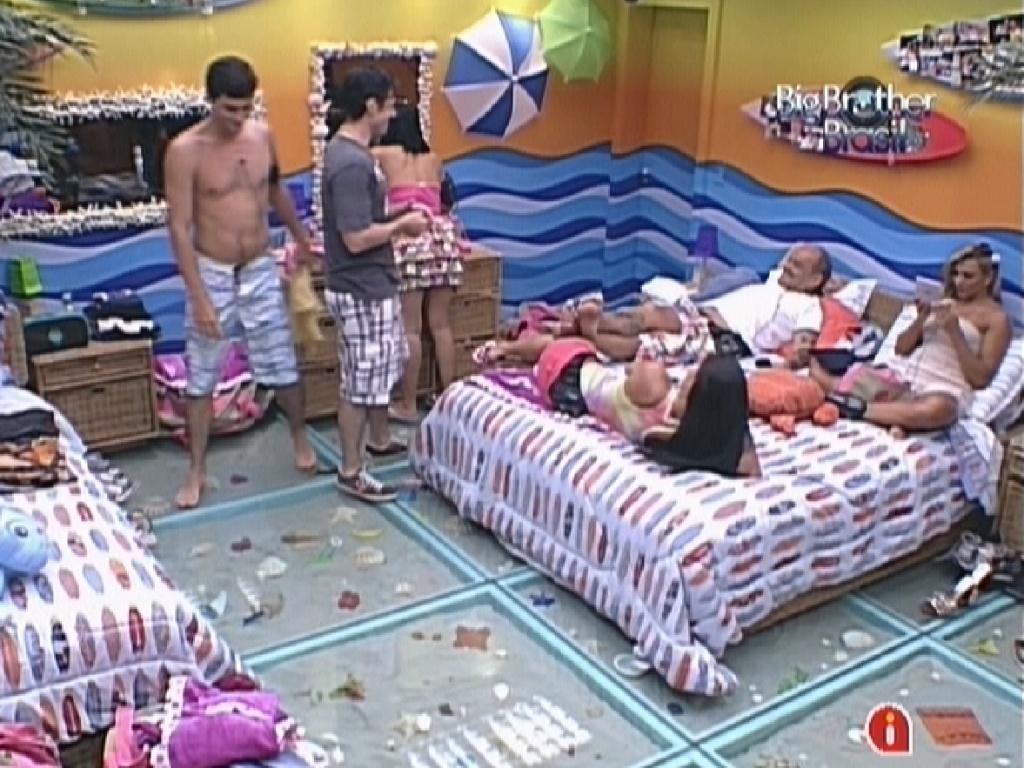 Fael, João Mauricio, Jakeline, Kelly, João Carvalho e Fabiana conversam no quarto praia (23/1/12)
