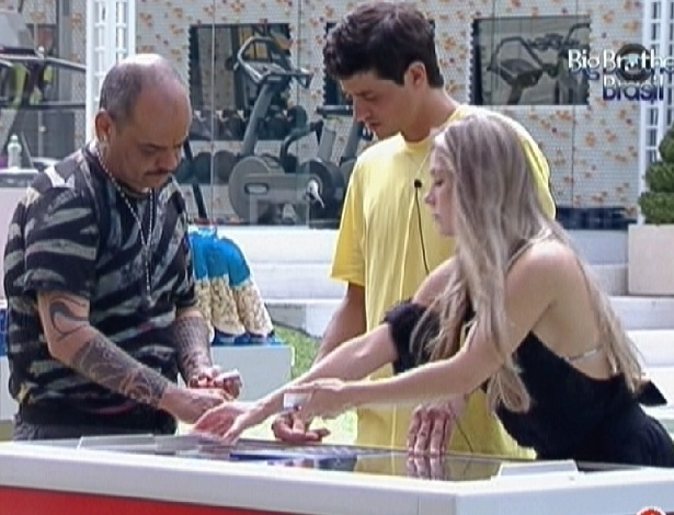 João Carvalho (esq.), Fael e Renata fazem as compras (23/1/12)