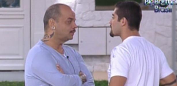 João Carvalho fala para Yuri pedir desculpas por punição (22/1/12)