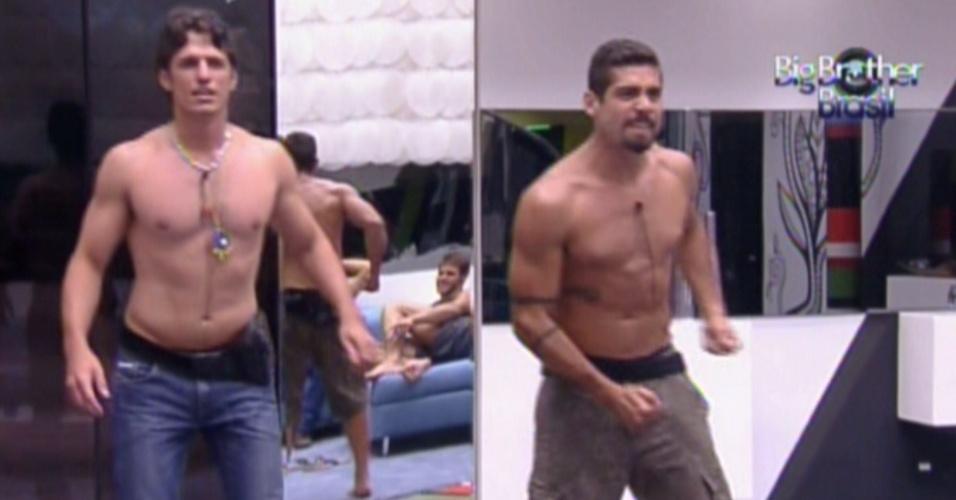 João Maurício (esq.) e Yuri imitam os colegas de confinamento dançando (22/1/12)