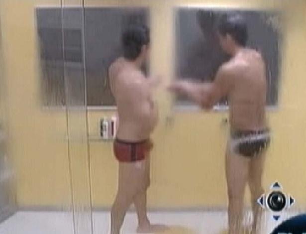 João Maurício (esquerda) e Fael (direita) batem papo durante banho no quarto do líder (23/1/12)