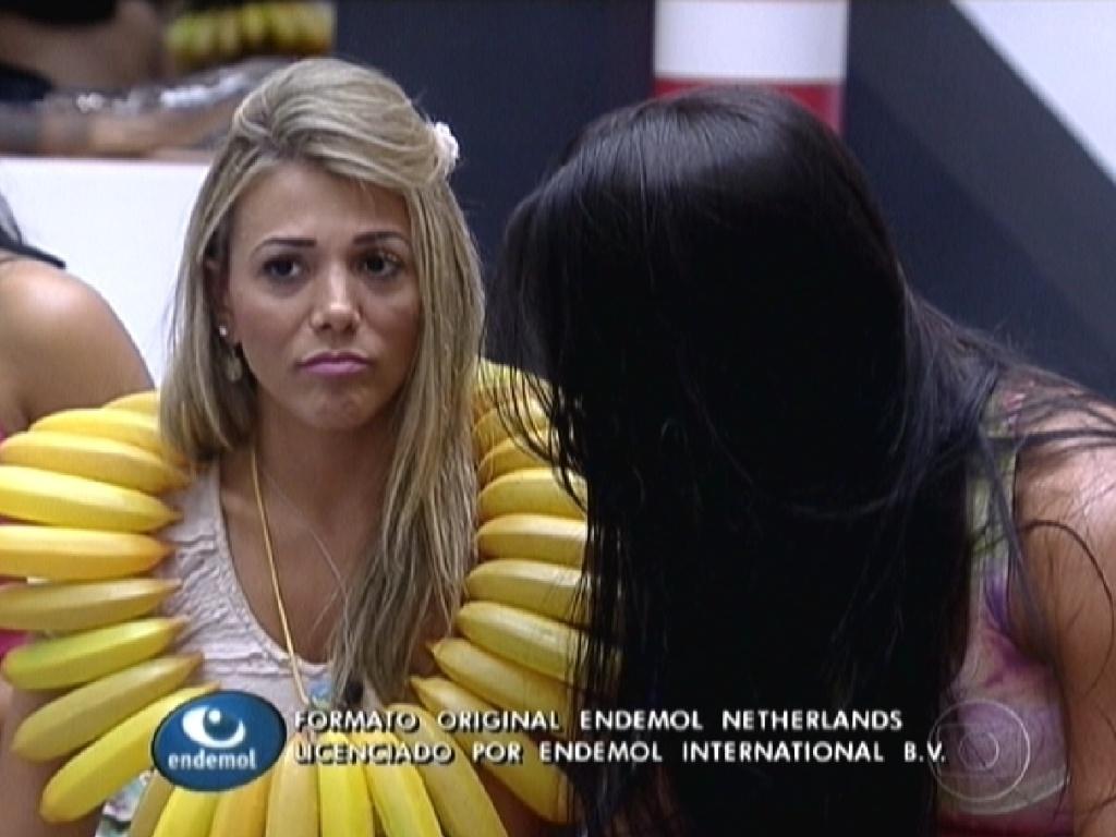 Kelly (dir.) explica para Fabiana (esq.) porque não tirou seu colar de banana (23/1/12)