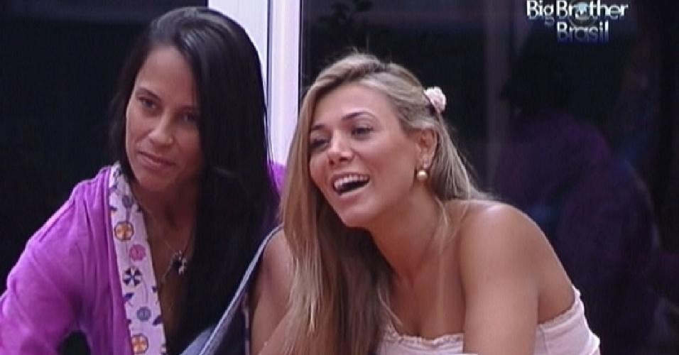 Kelly (esq.) e Fabiana (dir.) ouvem história de Mayara. Fabiana conta que já recebeu cantadas de outra mulheres (23/1/12)