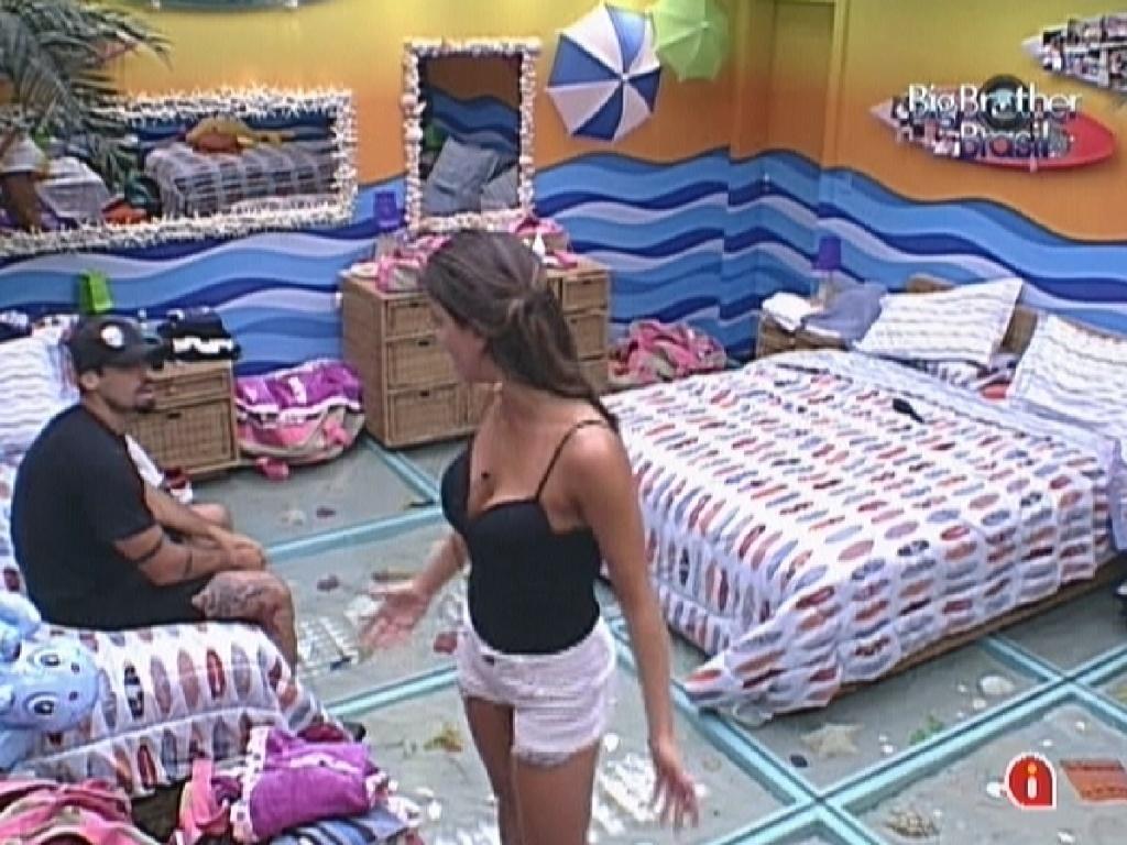 Laisa desabafa com Yuri após não ser escolhida por João Maurício para assistir à peça de Eri Johnson (23/1/12)