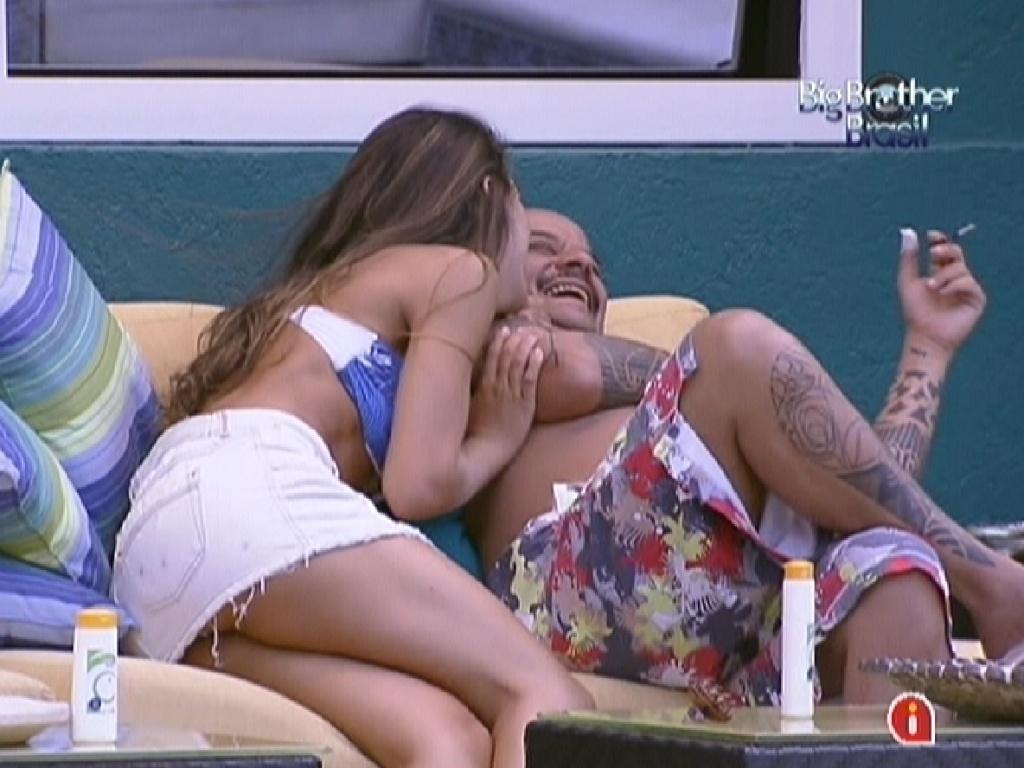 Laisa e João Carvalho dão risada tirando sarro de João Maurício (23/1/12)