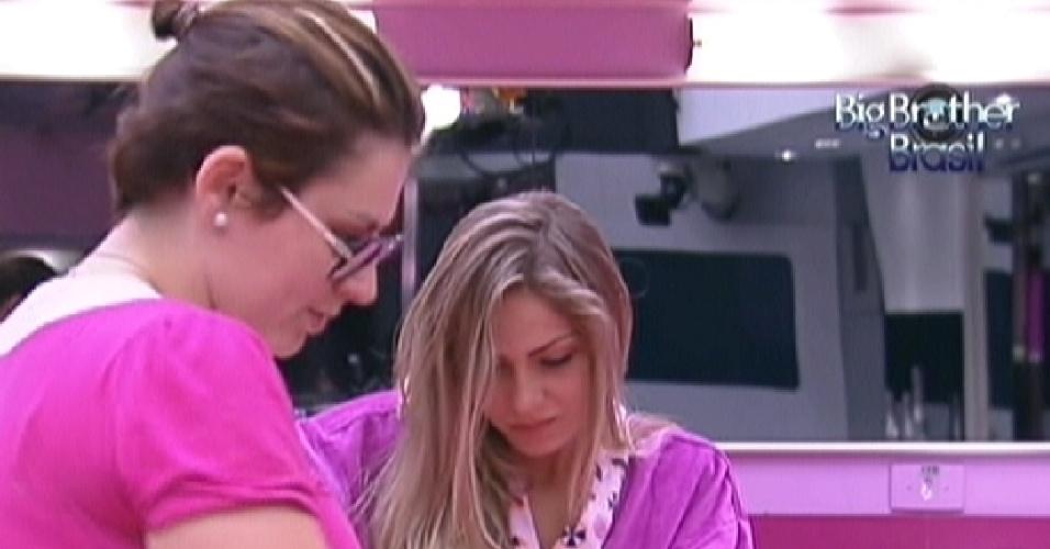Mayara e Renata (ao fundo) preparam bolo de laranja (23/1/12)