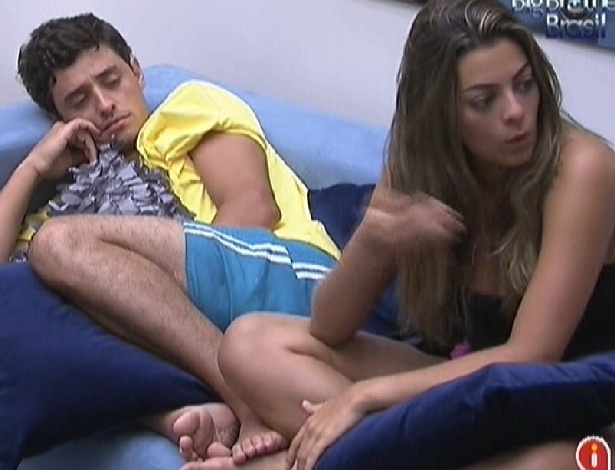 "Observada por Fael, Monique critica as regras do ""BBB12"""