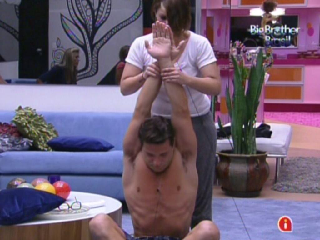 Ronaldo recebe massagem de Mayara (22/1/12)