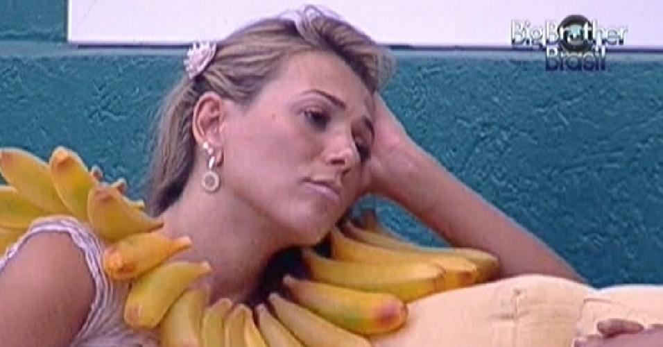 Fabiana dá ânimo para Jakeline, dizendo que ela se salvará do paredão desta noite (24/1/12)