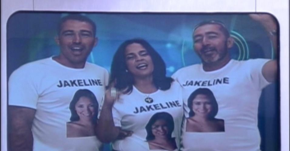 Família de Jakeline manda recado para a sister no telão da sala (24/1/12)