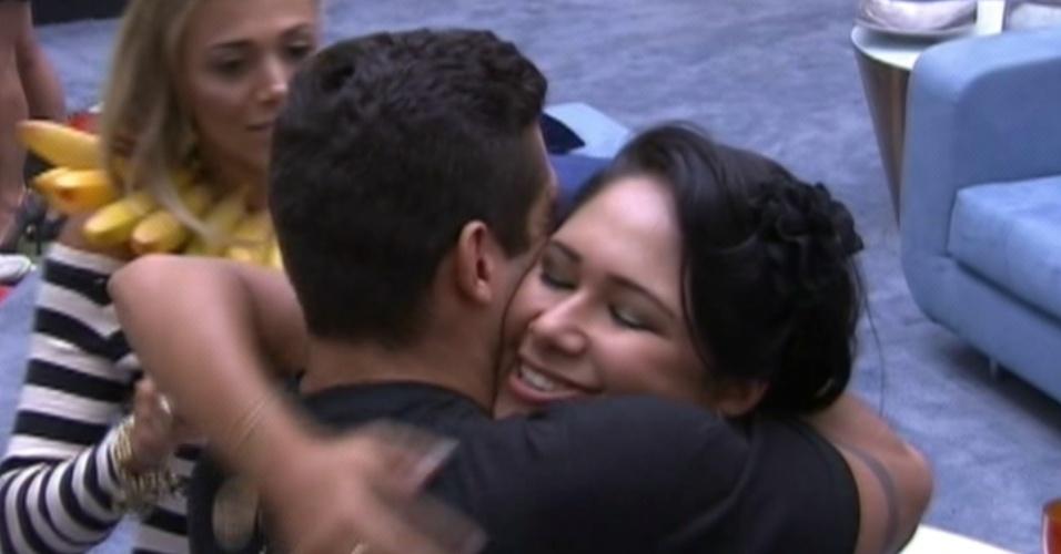 Jakeline abraça Yuri logo após ser eliminada do