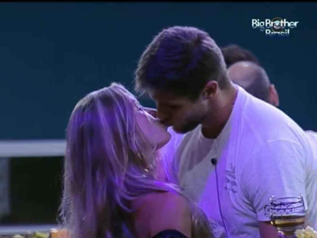 Jonas dá selinho em Renata (23/1/12)