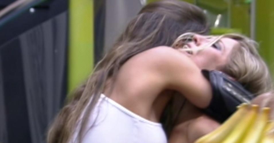 Laisa abraça Renata e a parabeniza pela vitória no paredão (24/1/12)