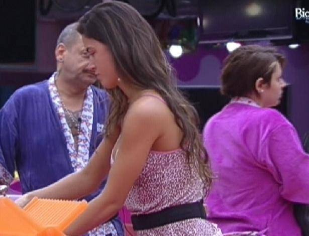 Laisa (centro) ajuda João Carvalho e Mayara na cozinha (24/1/12)