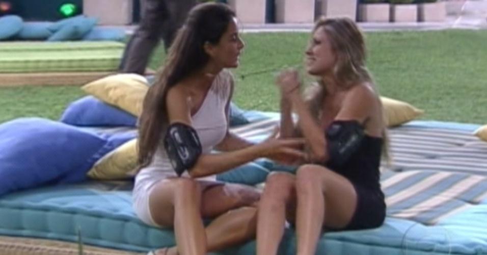 Laisa (esquerda) parabeniza Renata (direita)  pela vitória no paredão (24/1/12)