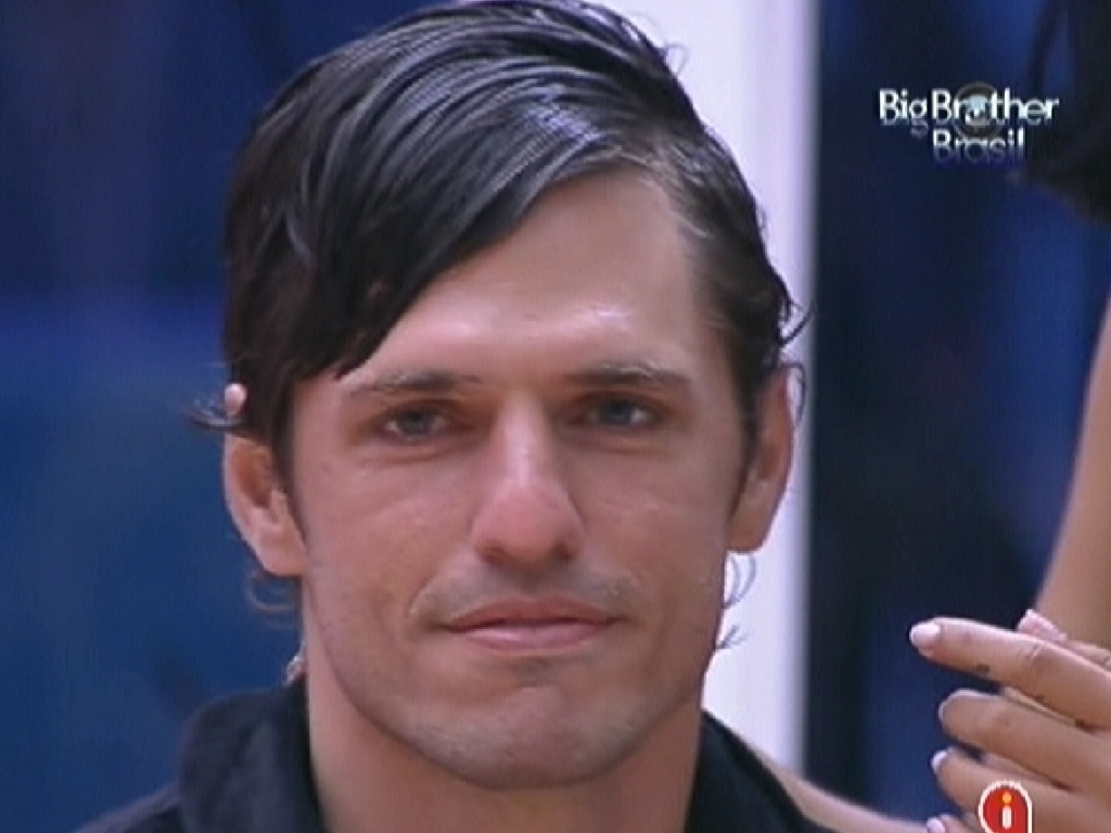 João Maurício tem os cabelos penteados por Jakeline e é chamado de