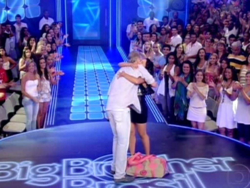 Pedro Bial abraça Jakeline e conta que sister foi eliminada