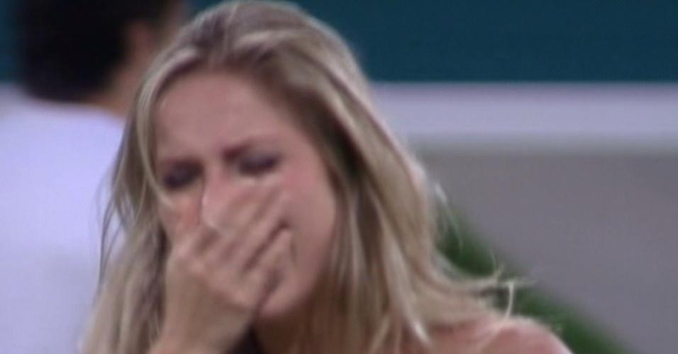 Renata chora e comemora após saber que venceu o paredão contra Jakeline (24/1/12)