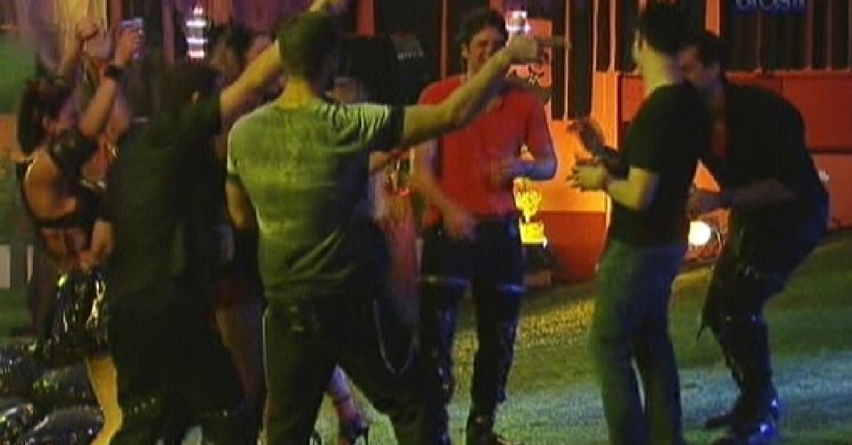 Brothers curtem a festa com o DJ Yves Larock (dir. de camiseta preta) (25/1/12)