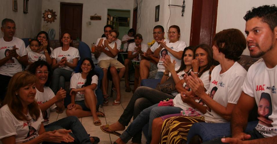 Dona Edileide Sena Leal, mãe de Jakeline assiste o programa reunida com amigos em Feira de Santana (24/1/12)